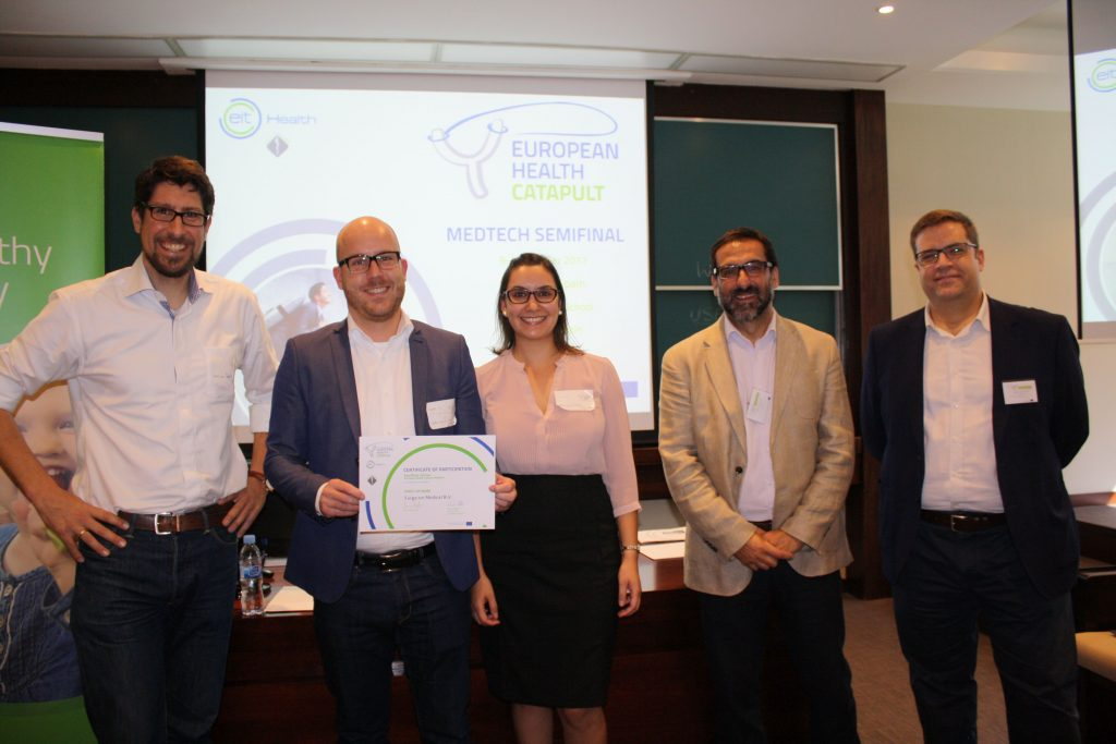 Benno Groosman and Audry Zoncsich receiving the prize from the European Health Catapult organizing team.